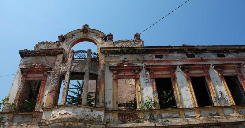 Acu mostar bombed building